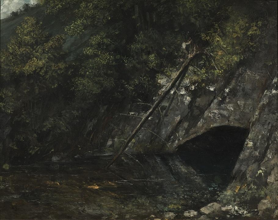 I sina landskap skildrade Courbet ofta sin hembygd i östra Frankrike – så också i den här målningen av en djupblå källa i trakten av Ornans. Courbet undvek alla romantiska och pittoreska vyer för att istället skildra naturen på ett mer realistiskt och osentimentalt vis. Hans intresse för geologi kommer till uttryck i en förkärlek för skrovliga stenytor och vittrande klippor. I den här målningen framträder också det mänskliga slitet i naturen – ovanför grottöppningen syns en skogshuggare i färd med att fälla ett väldigt träd.