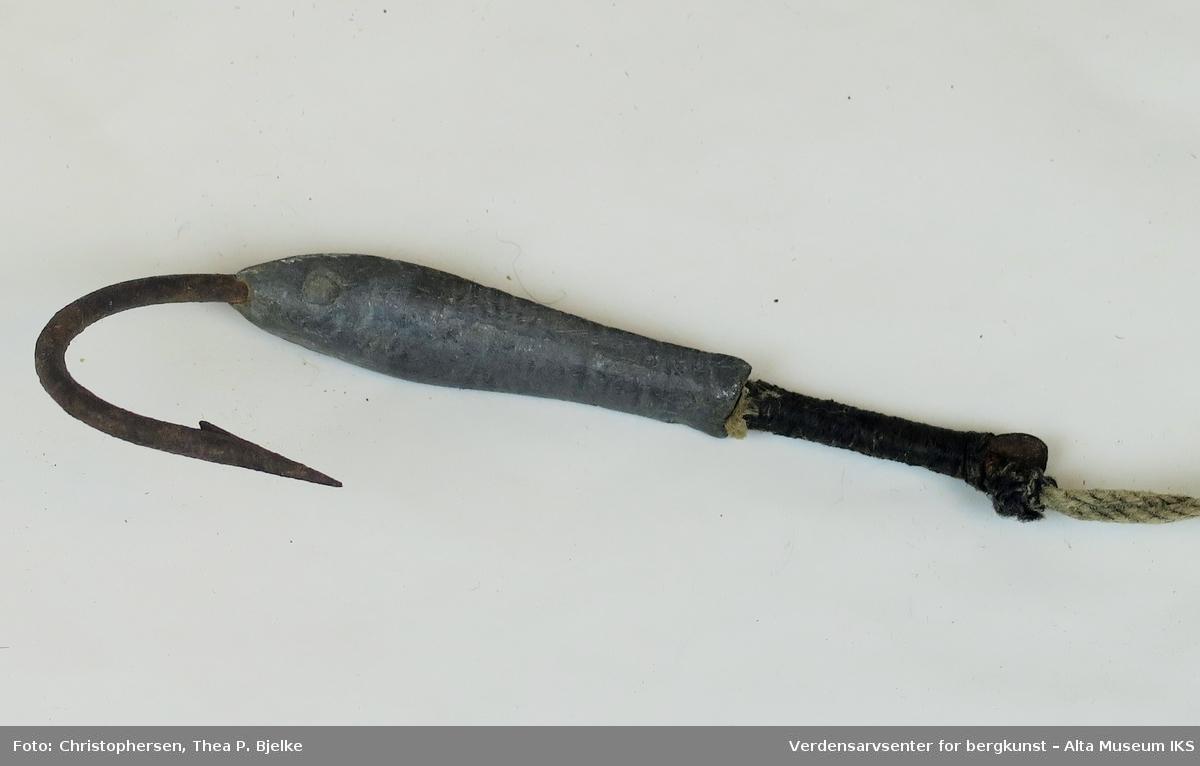 U-formet juksatørke med oppsulet hampesnøre montert med 1 ångel (jagarångel). Et hull boret i enden av tørket.