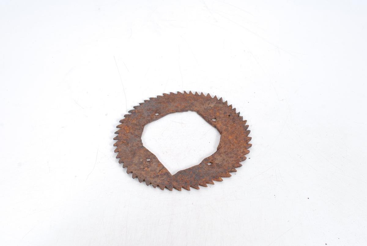 Form: Tilnærm. sirkelform. m. skråstilte tenner.