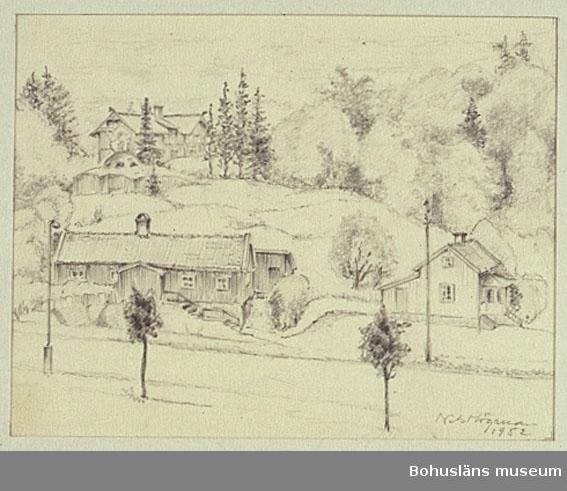 Strömstadsvägen i Uddevalla, i fonden Villa Skanskullen. Ett fort av granit syns på berget mellan husen. Troligen var detta utsikten från konstnärens bostad på Strömstadsvägen.
