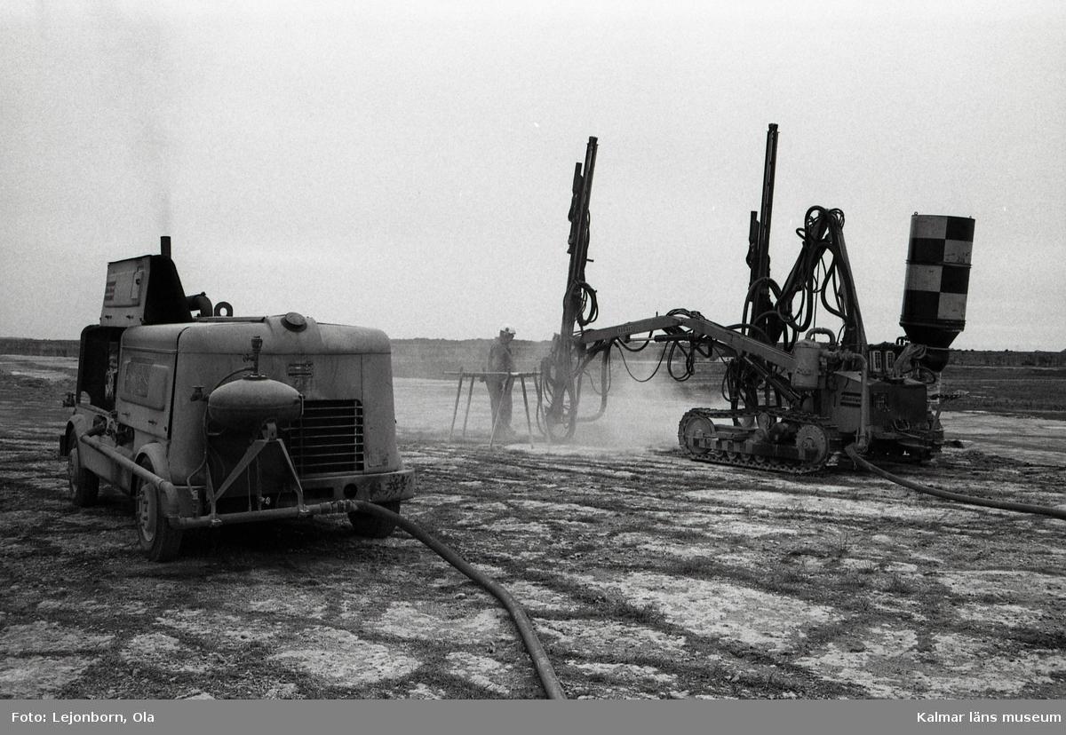 Degerhamns cementfabrik. Borrning vid kalkbrottet.  Ölands cement AB som startade 1886, var en av de första cementfabrikerna i Sverige. Som första åtgärd köptes Lovers bruk och Ölands alunbruk. Produktionen i de gamla bruken fortsatte som tidigare medan den nya fabriken byggdes upp. Det fanns inte maskiner framtagna för att tillverka cement, utan man fick utveckla nya metoder. Det tog ett par år innan tillverkningen kom igång. De första tillverkningsåren var kantade av svårigheter och vissa år kunde ingen cement säljas.  Idag drivs cementtillverkningen av Cementa Heidelberg cement gruop. Man tillverkar i första hand den slitstarka anläggningscementen till stora byggnader, broar, tunnlar mm.  (Uppgifterna är hämtade från http://bergstigendegerhamn.se/?page_id=33)
