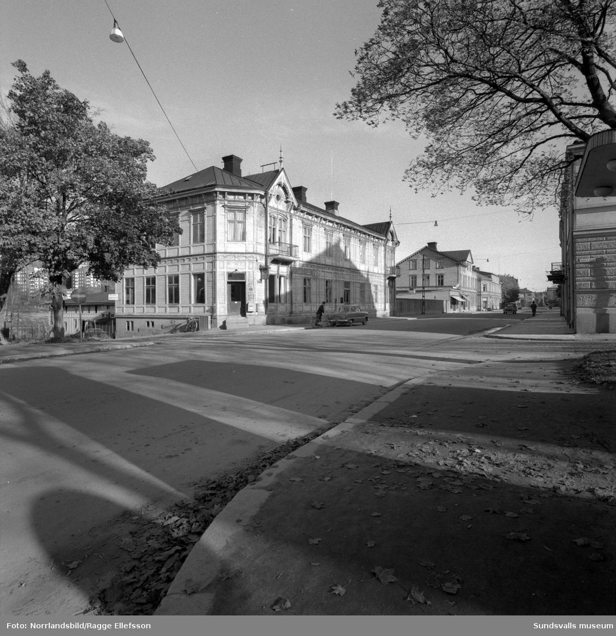 De gamla trähusen i kvarteret Guldsmeden på norra sidan av västra Storgatan som senare revs för att ge plats åt moderna flerfamiljshus. Postkontor, Konsumaffär, Öhmans livs (tidigare C.A. Krutmeijer, Godins radio.