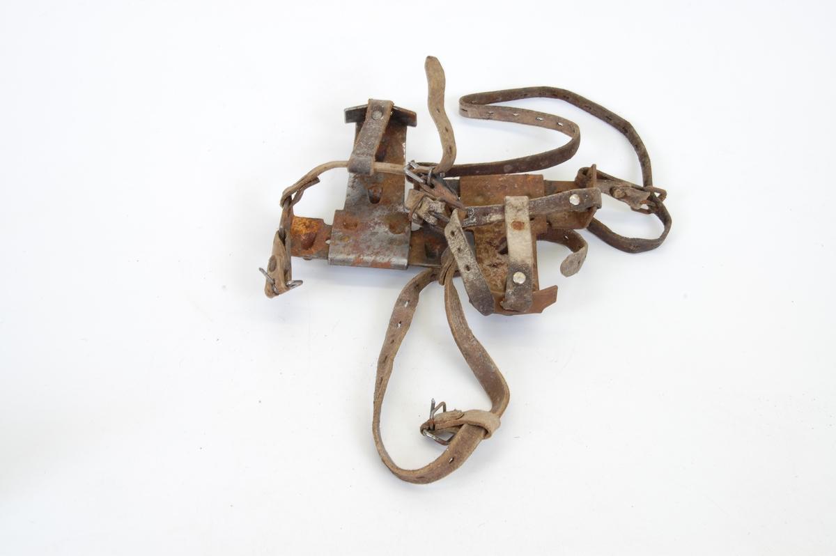 Form: jern med pigger, til å spenne fast på skotuppen med lærreimer