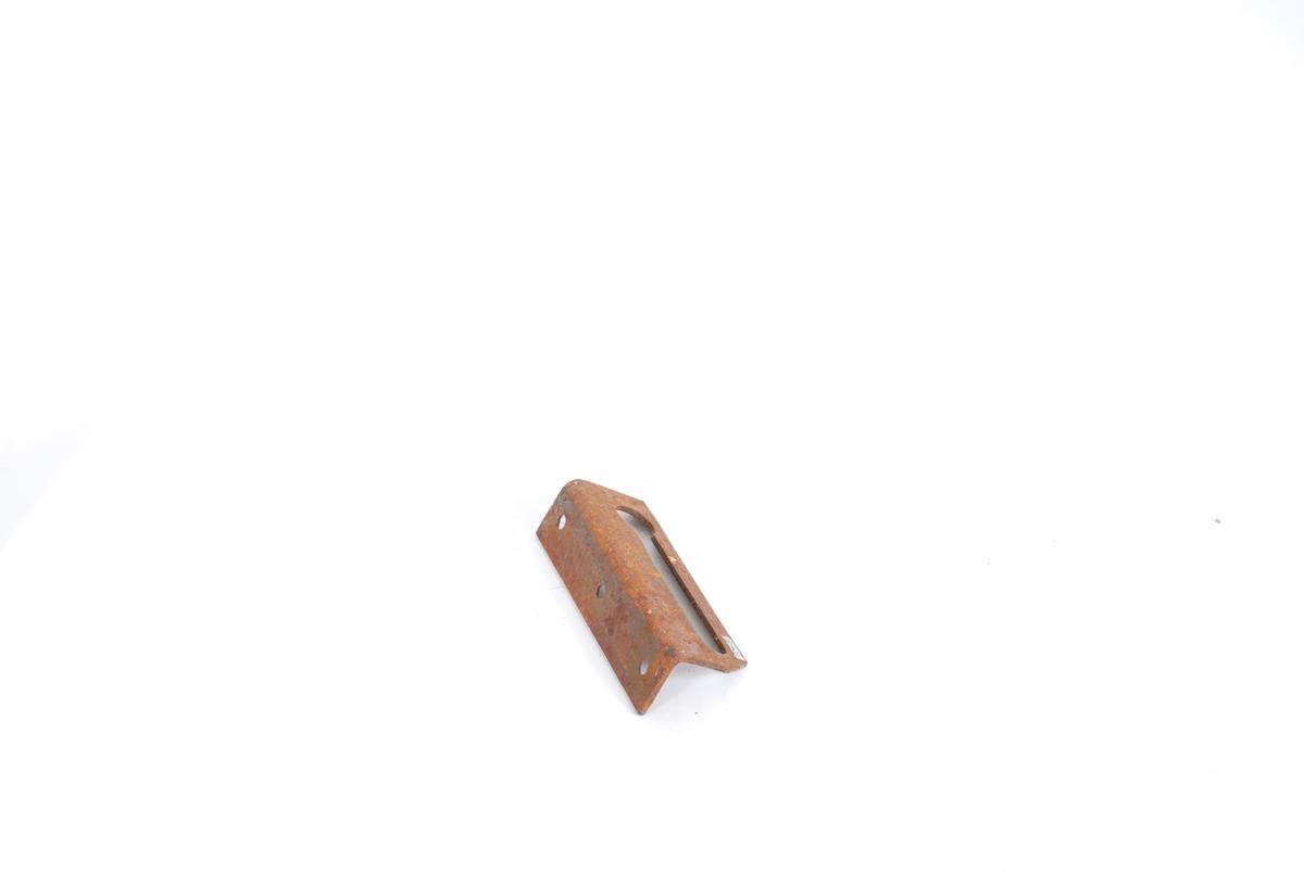 Form: Rekt. plate bøyd ca. midt på i 90 gr. Ene delen:lang skisse, ringform. hull i ene enden.Andre delen av plata er 3 skruhull.