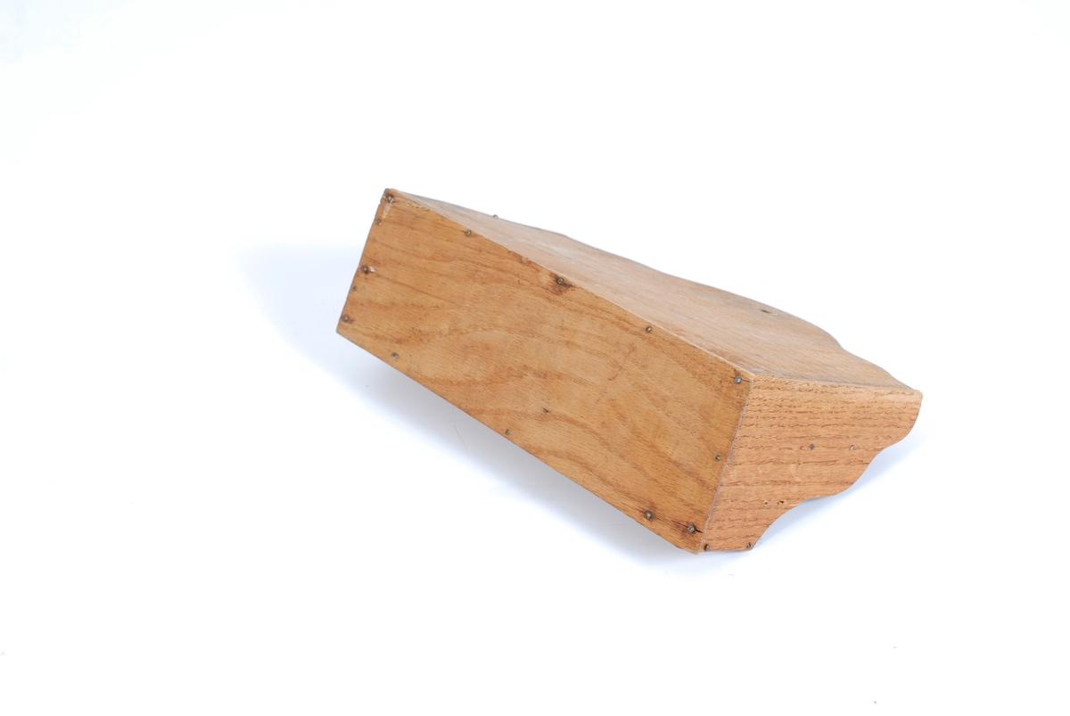 Form: rektangulær i utgangspunktet, men den ene langsiden er utvidet med noen bulker oppover. Det er tre lange rom  og de to laveste er delt av et skille hver, slik at det totalt blir 5 rom