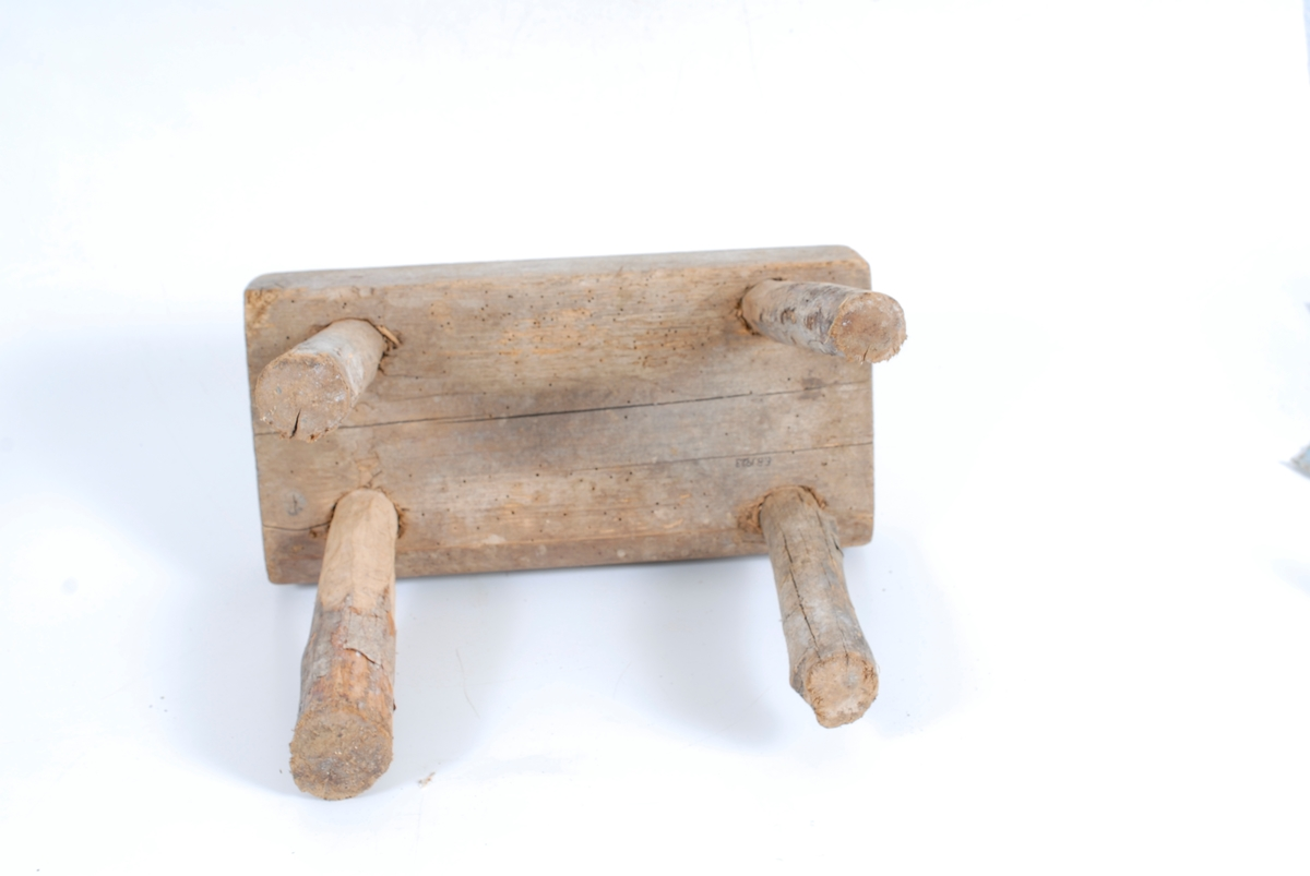 Form: Rektang. sittepl. 4 ben, skrår utover