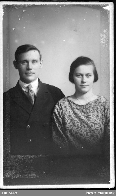 Et portrett av Ingvard og Astrid Mathisen, et ektepar. Ingvard er kledd i dress: han har på seg jakke og slips. Astrid har på seg en dekorativ bluse og et smykke rundt halsen.