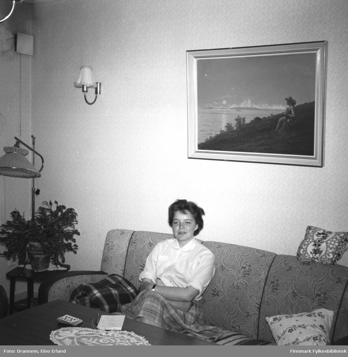 Maija, etternavn ukjent, fotografert i stua hos familien Drannem i Hammerfest.