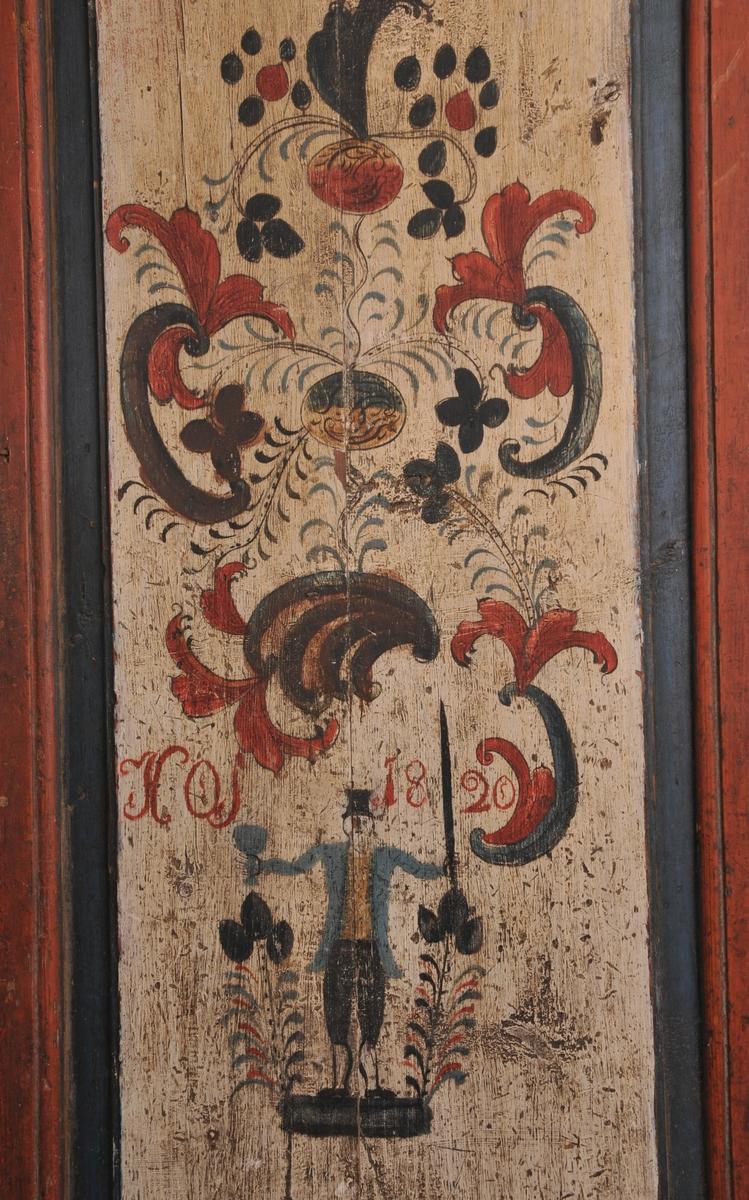 Rosemåla samt figur: hatt/våpen/drikkekar og HOS 1820 på kvit botn i: raudt/blått/svart. Ukjent målar.