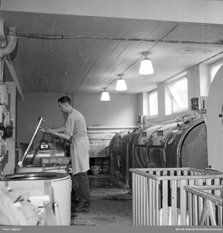 Mann i vaskeri