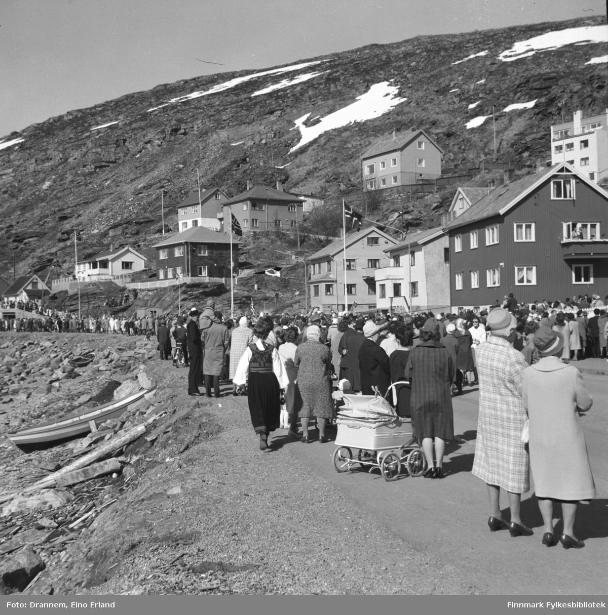 17. mai-tog på Fuglenesveien(Molla) i Hammerfest.