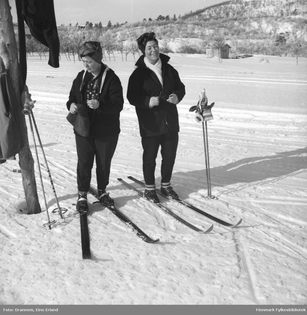 Sonja Lappalainen og Turid Drannem på skitur.