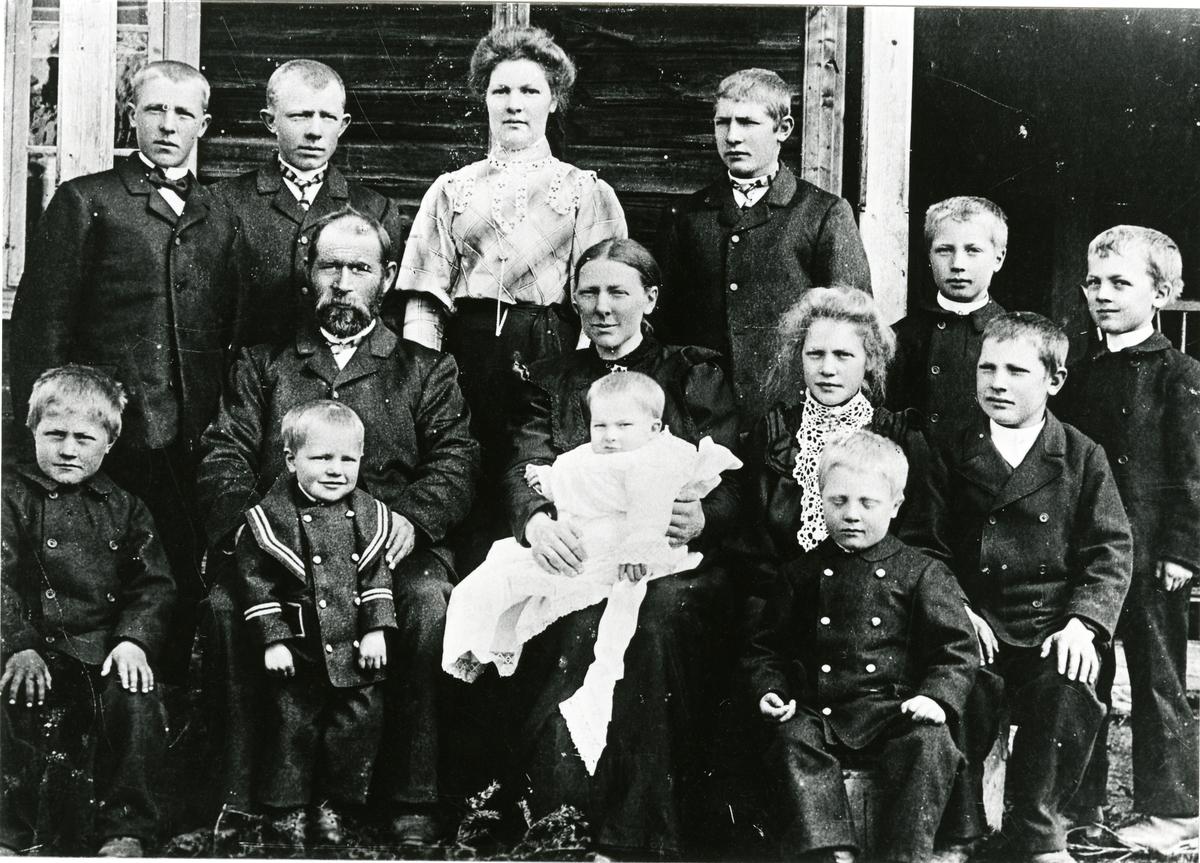 Familiefoto av Inger og Nils Huset med flere. Tatt i en barnedåp.