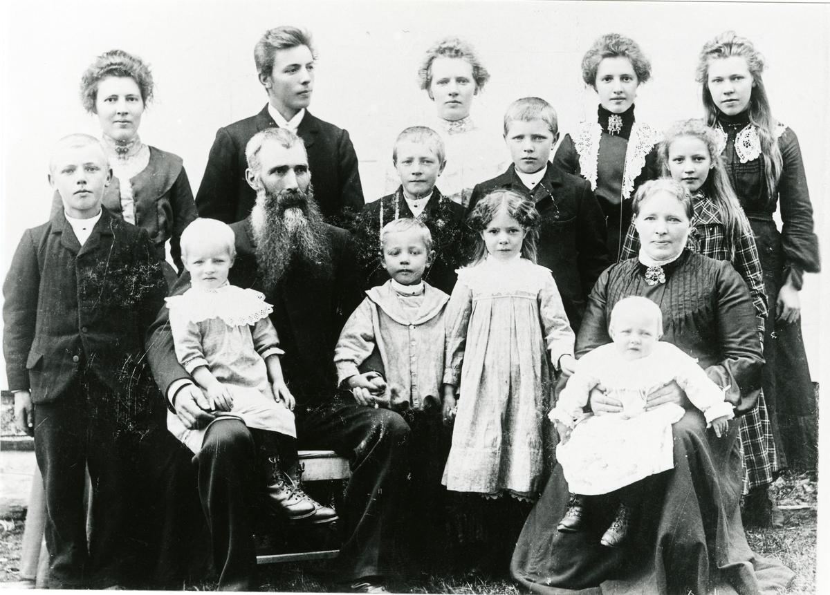 Familiefoto av familien Garthus. Tatt 1904.