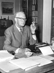 """Det """"klassiske"""" Sigurd Hoel-bildet  - med sigaretten ved skrivemaskinen. (Foto: NTB, utlånt av Gyldendal Norsk Forlag)"""