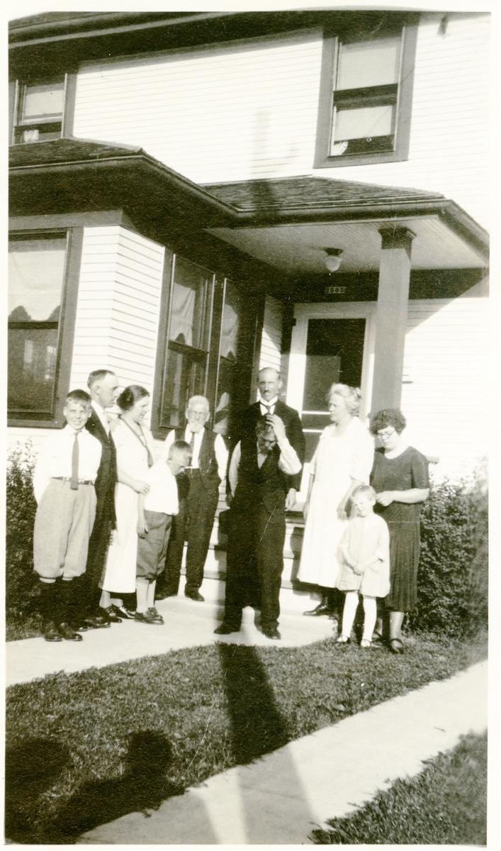 Bilde fra Amerika. Pål Milevatnet og Olaus Islandsmoen bakerst. Gurine Pålsdatter med hvit kjole og hennes mann. Per Hansen Islandsmoen
