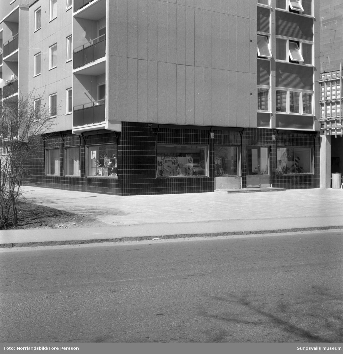 Oscaria skobutik på Köpmangatan 25 i Timrå. Exteriör- och interiörbilder, gruppfoto på personalen.