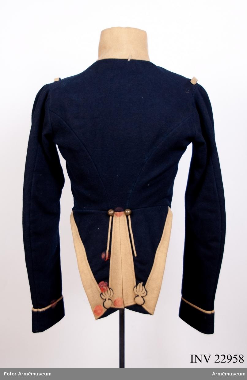 Grupp C I. Ur uniform för manskap vid K.Smålands grenadjärbataljon; 1838-45. Jacka m/(1838) 1833 (Modellexemplar enligt Kungligt brev 8/2 1827 och 22/8 1833).