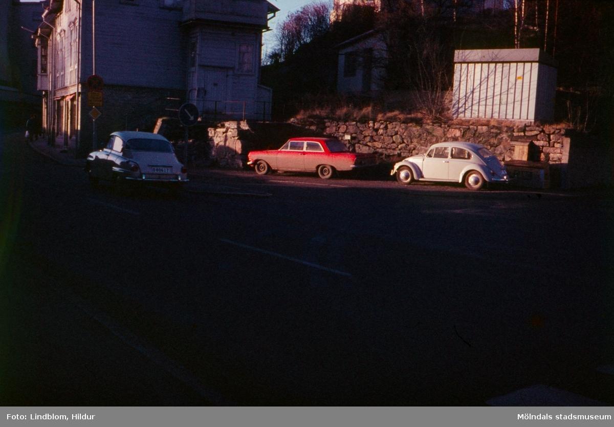 Vy från Gamla Torget mot Kvarnbygatan 37 i Mölndal, 1970-tal.  För mer information om bilden se under tilläggsinformation.