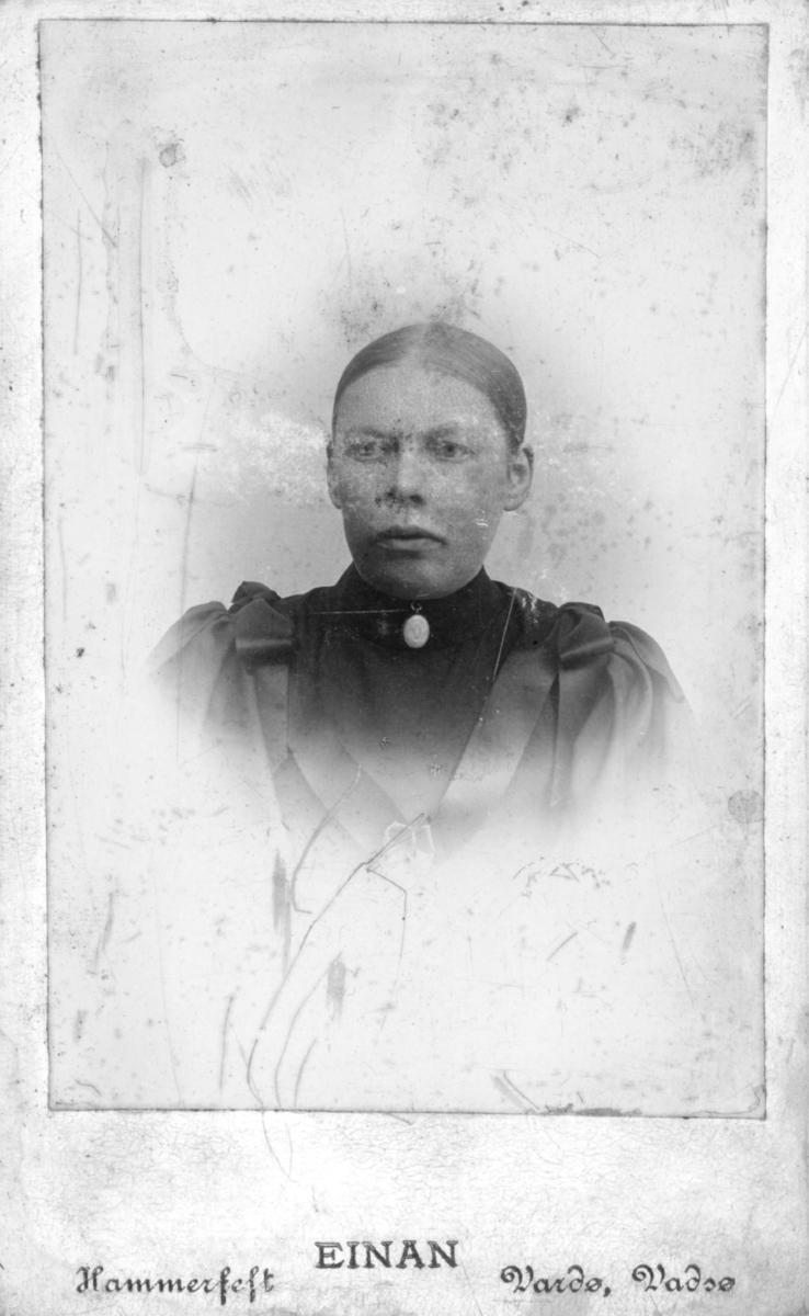 Visitkortportrerr av en ung kvinne, antagelig det dette Astrid Oline Halto (f.Bardosen).