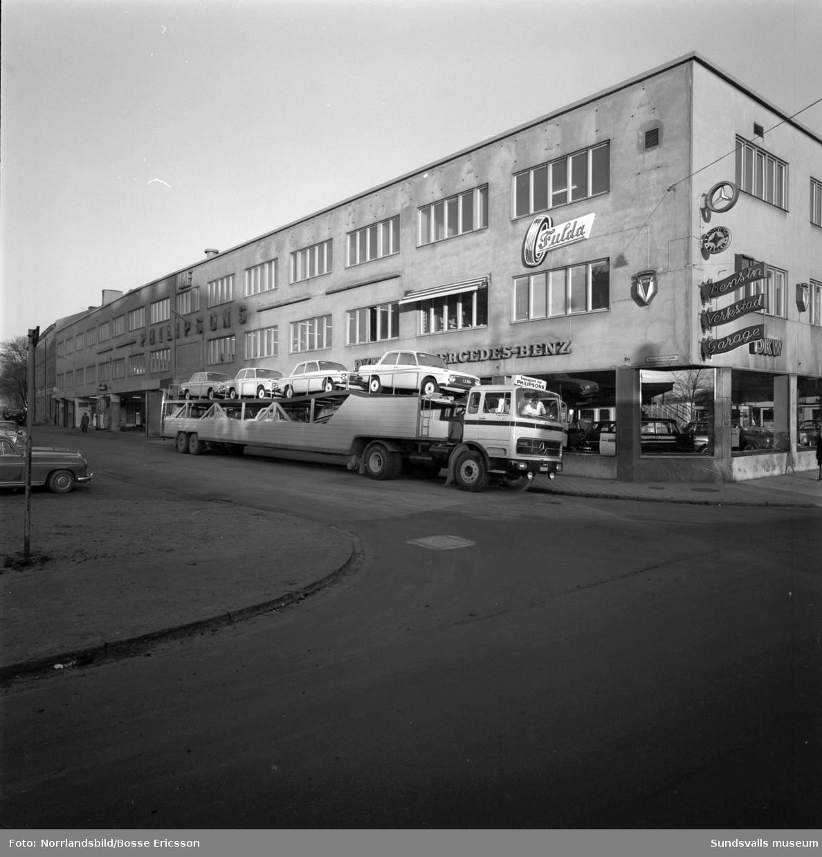 En stor trailer med bilar på Norra Järnvägsgatan utanför Philipssons bilfirma.