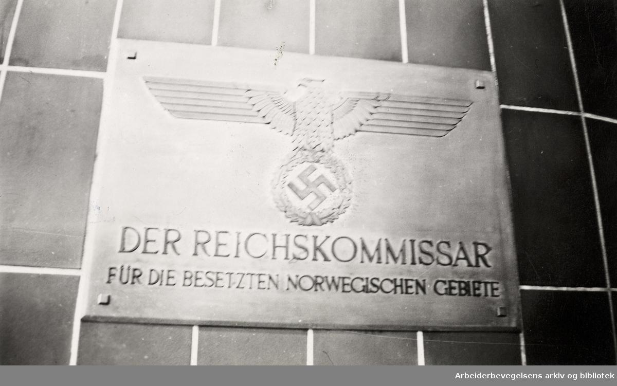 Ole M. Engelsens fotografier fra okkupasjonsårene i Oslo. Skilt utenfor Josef Terbovens kontor i Oslo. Reichskommissar für die besetzten norwegischen Gebiete (Rikskommissær for de okkuperte norske områdene). Foto datert: 22 juli 1941.