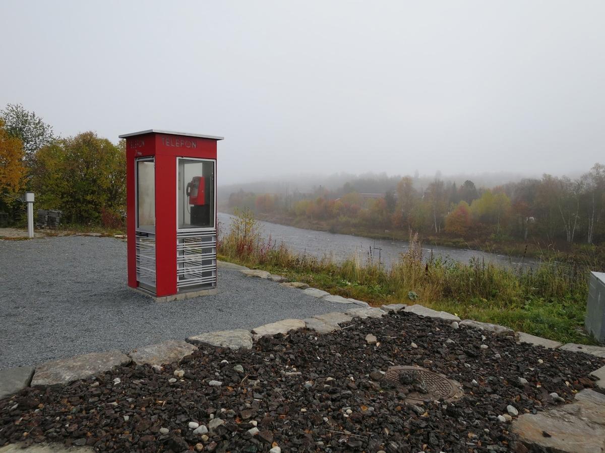 Denne telefonkiosken står på Malmplassen i Tolga, og er en av 100 vernede telefonkiosker i Norge. De røde telefonkioskene ble laget av hovedverkstedet til Telenor (Telegrafverket, Televerket). Målene er så å si uforandret.  Vi har dessverre ikke hatt kapasitet til å gjøre grundige mål av hver enkelt kiosk som er vernet.  Blant annet er vekten og høyden på døra endret fra tegningene til hovedverkstedet fra 1933. Målene fra 1933 var: Høyde 2500 mm + sokkel på ca 70 mm Grunnflate 1000x1000 mm. Vekt 850 kg. Mange av oss har minner knyttet til den lille røde bygningen. Historien om telefonkiosken er på mange måter historien om oss.  Derfor ble 100 av de røde telefonkioskene rundt om i landet vernet i 1997. Dette er en av dem.