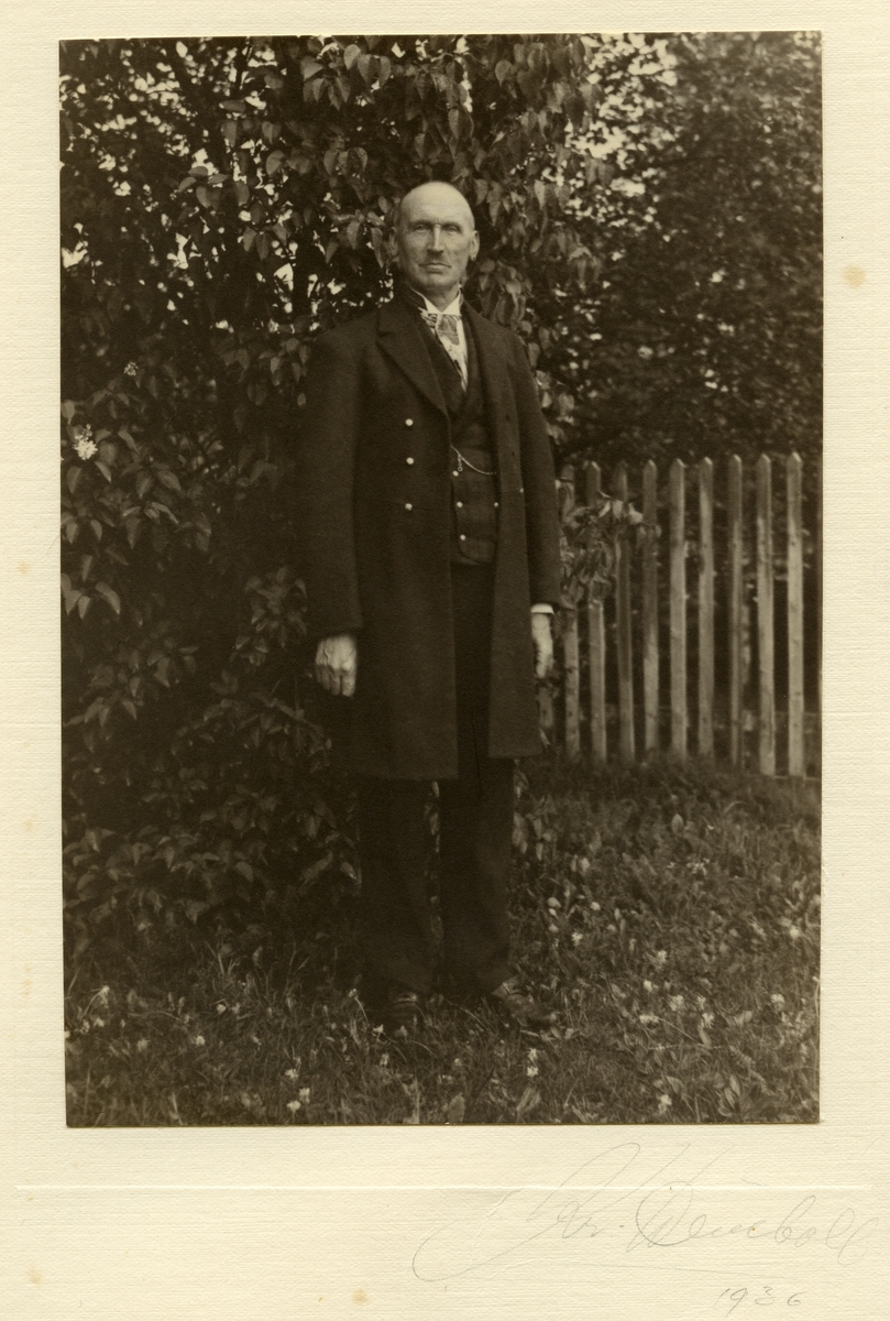 Portrett av Olaus Islandsmoen iført bunad. Bildet er tatt i 1936.