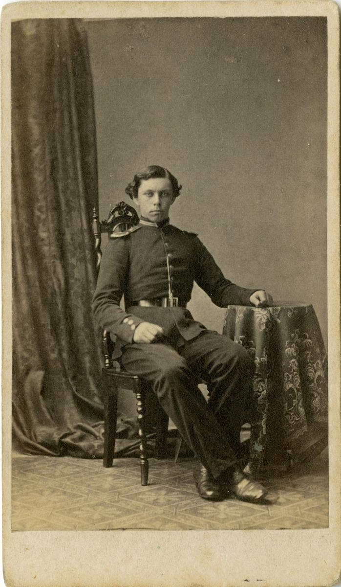 Porträtt av Carl Gustaf Albert Meurling, löjtnant vid Kalmar regemente I 20.  Se även bild AMA.0002200.
