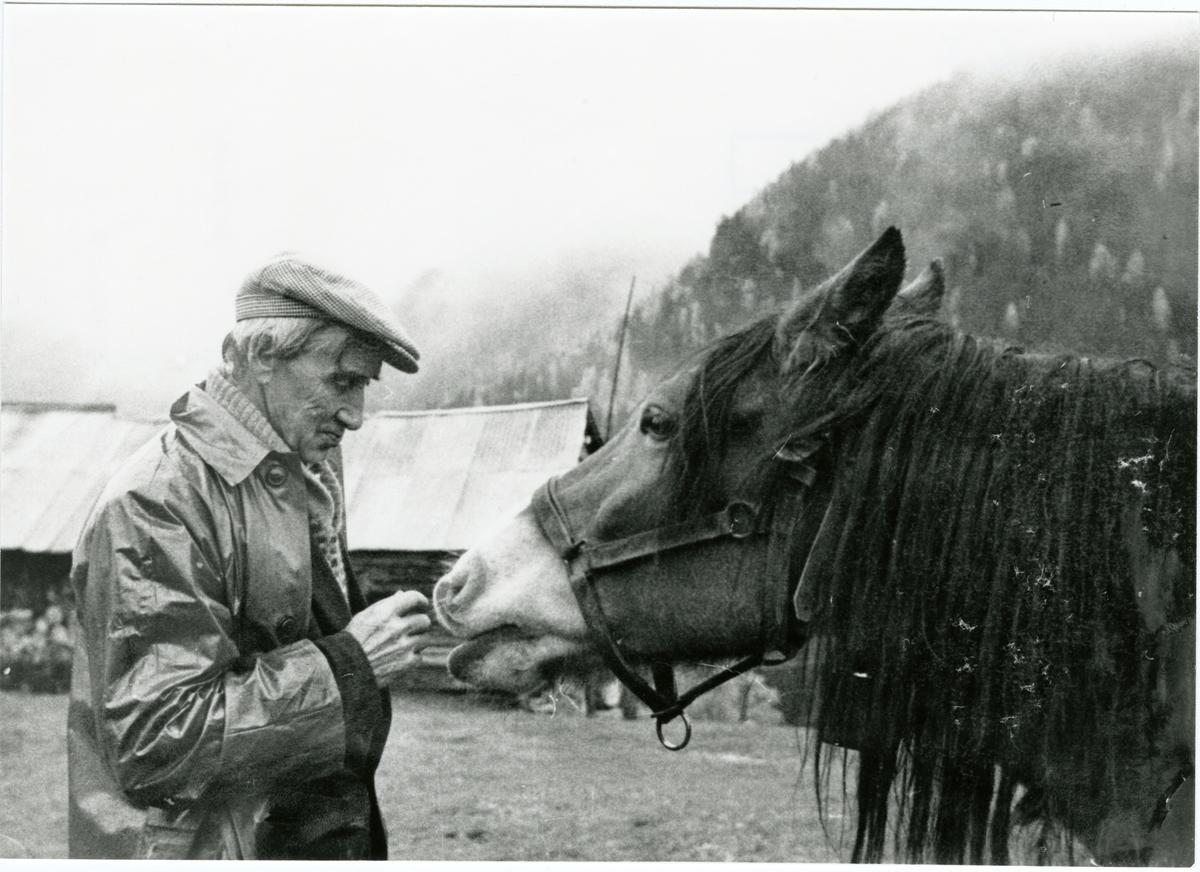 """Portrett av Johan Eriksson Joplassen sammen med hesten """" Blesen ."""""""