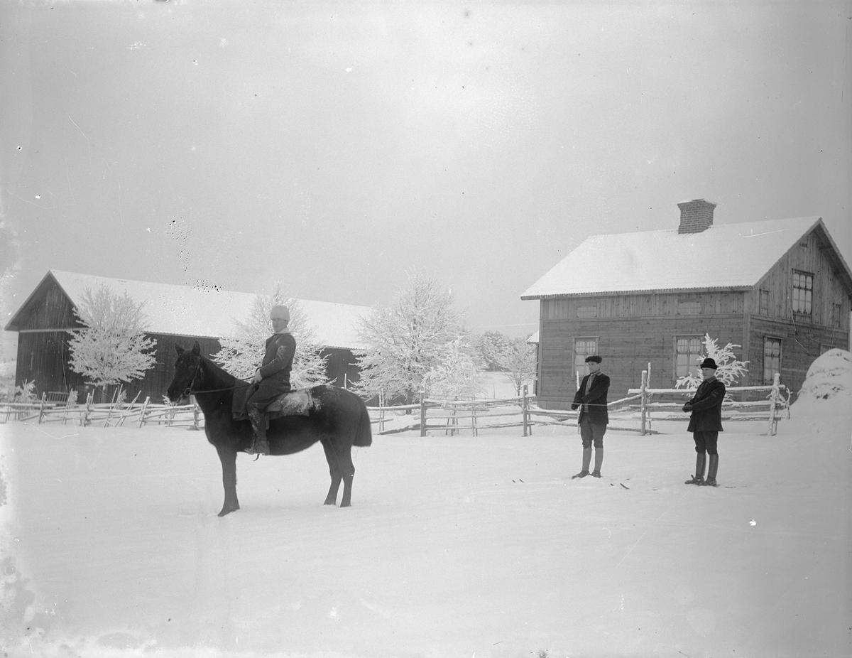 """""""På skidor efter häst framför Agustsons villa"""", Sävasta, Altuna socken, Uppland 1919"""