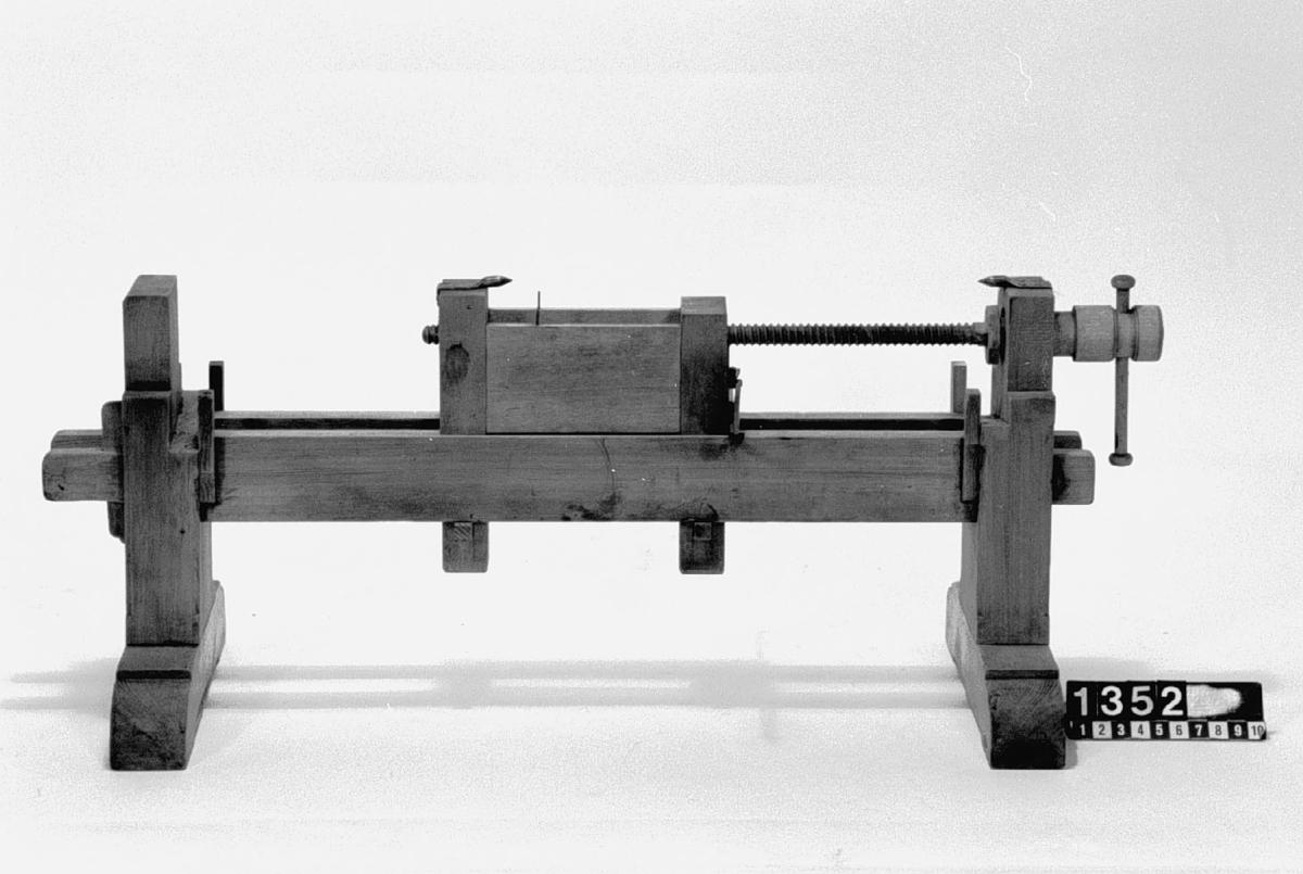 """Modell av hyvelbänk. Text på föremålet: """"N:o 158""""."""