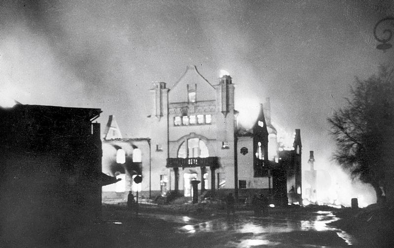 Elvarheim går opp i flammer. Elverum sentrum terrorbombes den 11. april 1940. Foto: Erling Syringen/Glomdalsmuseets fotoarkiv.