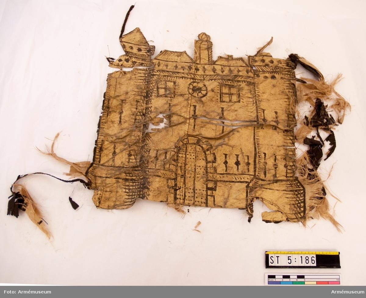 Fanstång. Det enda som återstår av duken är fragment av svart och gul sidentaft virade kring stången. Ursprungligen har fanan haft samma motiv som ST 5:185.