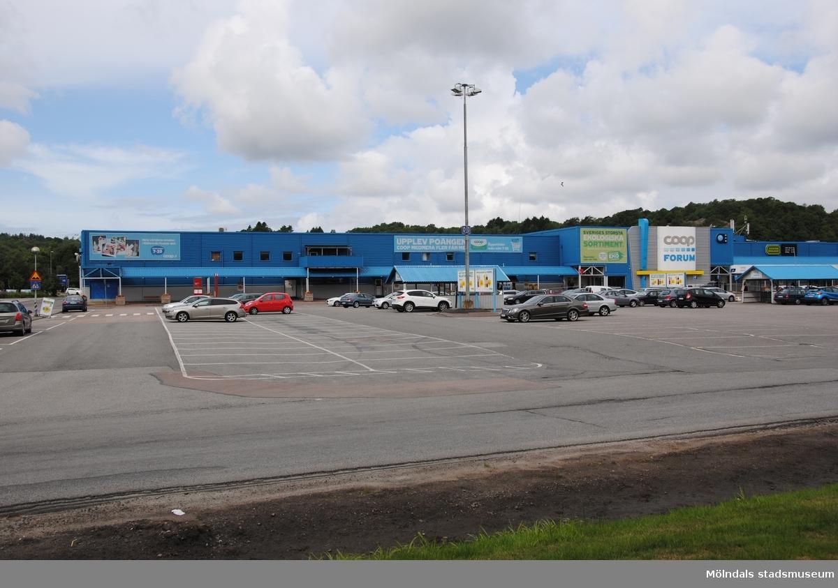 Byggnadsdokumentation av varuhuset Coop Forum i Kållered med adress Ekenleden 4, Våmmedal 2:158, som fått rivningslov. Exterörfotografi från öster den 5/7 2016.