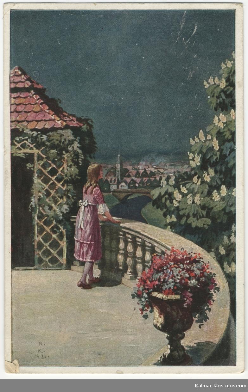 En flicka står på en takterrass och ser drömmande ut över staden. Till höger en vitblommande buske.