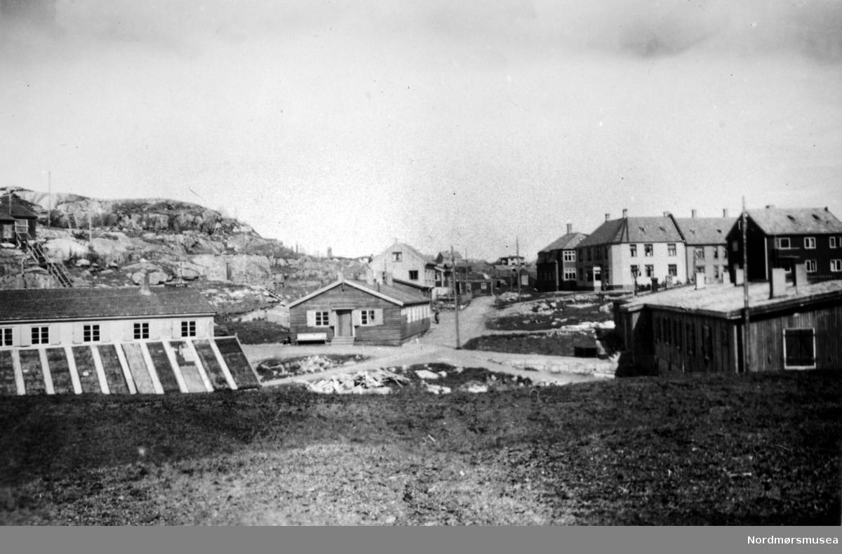 Nerlandsdalens brakker fra andre verdenskrig. De to brakkene til venstre ble brukt til fengsel av N.S fanger i mai 1945. Til høyre ser vi en del av husrekken i Marstrands gate. Bildet er datert Mai 1946. Fra Nordmøre Museums fotosamlinger.