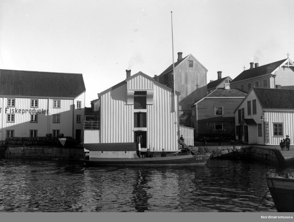 Et bilde av sundbåten Kvik til kai på Innlandet i Kristiansund. Tollbua og Dødeladen. Kjønnøybrygga. Nordmøre Museums fotosamling. dublett av FAKf-100296.186986