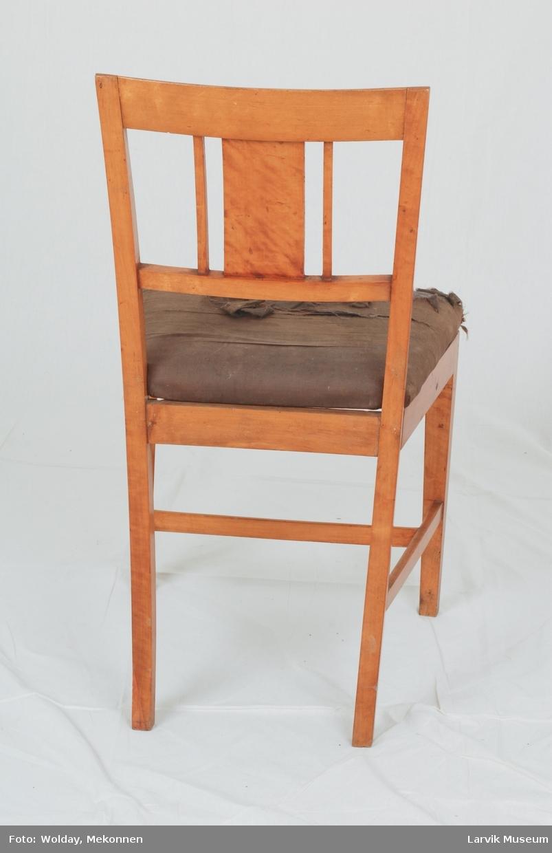 Form: empire. rett rygg med ryggbrett og sprosser limt til buet toppstykke og horisontal sprosse. svugne bakstolper og bakben i ett. rette, dreiede ben. løst, stoppet sete, trukket med grått stoff, svakt buet i forkant sprosser i H-kryss.
