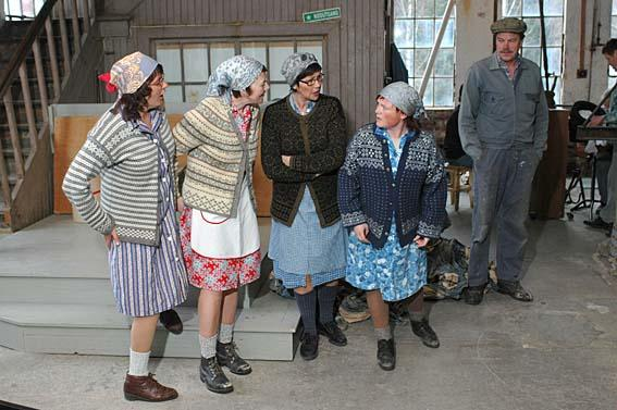 "Paper hens in the play ""Working Days"". (Foto/Photo)"