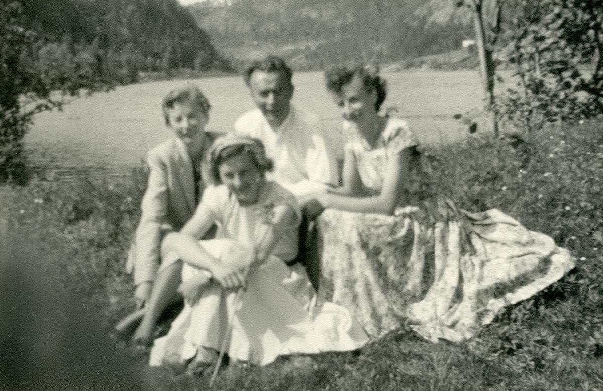 Ingvar Koppervik med døtrene Astrid, Kari og Solveig, ca 1950.