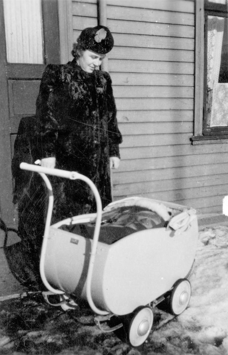 Sigrid Jenssen med barnevogn.