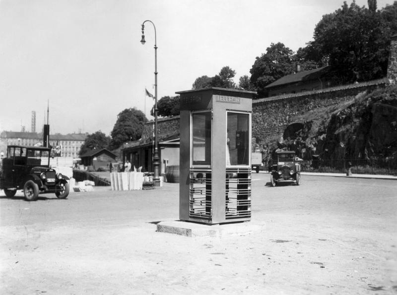 Røde telefonkiosker. Akershuskaia 1933 historisk 1 (Foto/Photo)