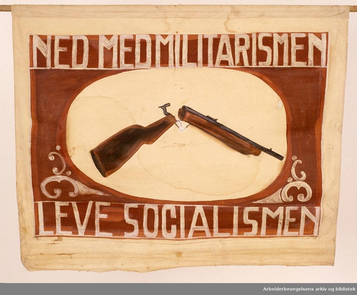 Demonstrasjonsfane..Fanetekst: Ned med militarismen leve socialismen