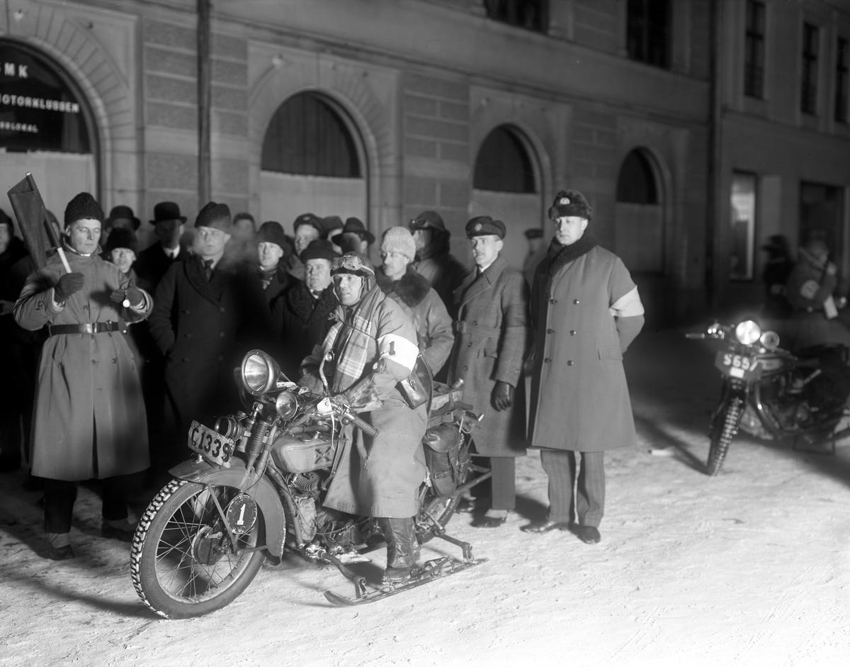 Svenska Motorklubben, med lokal i  Grand Hotells fastighet, anordnar vintertävling för motorcyklar.