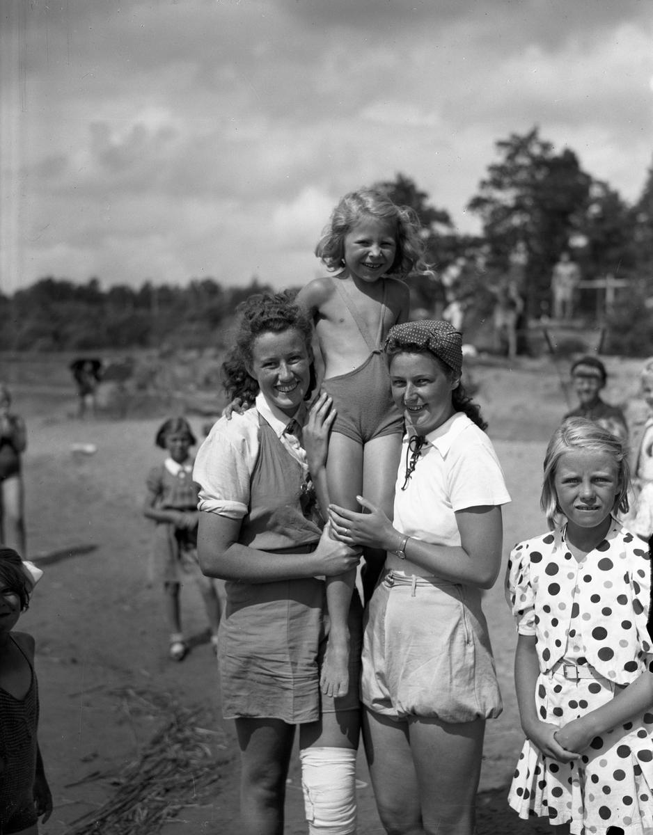 Karlstad stads barnläger vid Alsters strandbad år 1940. Den ursprungliga förlagan till  senare tids Bomstads-, Örsholms- och Sundstaläger.