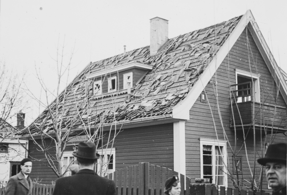 """Ødeleggelser etter tyskernes bombing ved Frøen i Oslo 9. april 1940 kl. 1630. Bildet er tatt om ettermiddagen onsdag 10. april 1940, """"panikkdagen""""."""