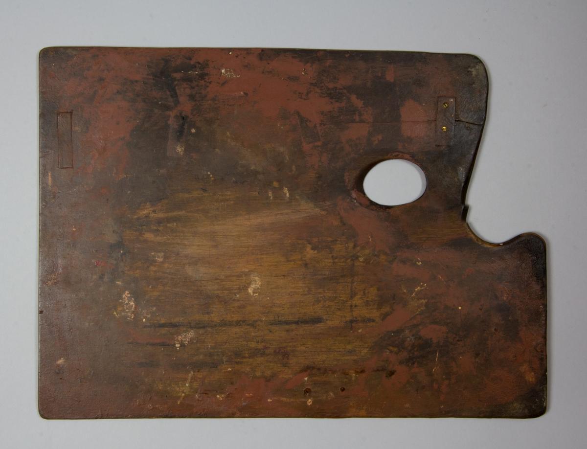 Palett av mahogny, rektangulär med svängt intag och urtag för tummen. Smärre rester av färg.