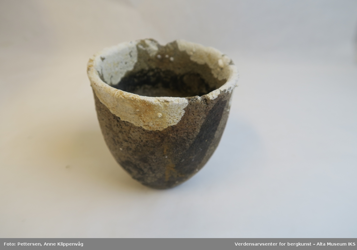 Liten krukke formet som en kopp.