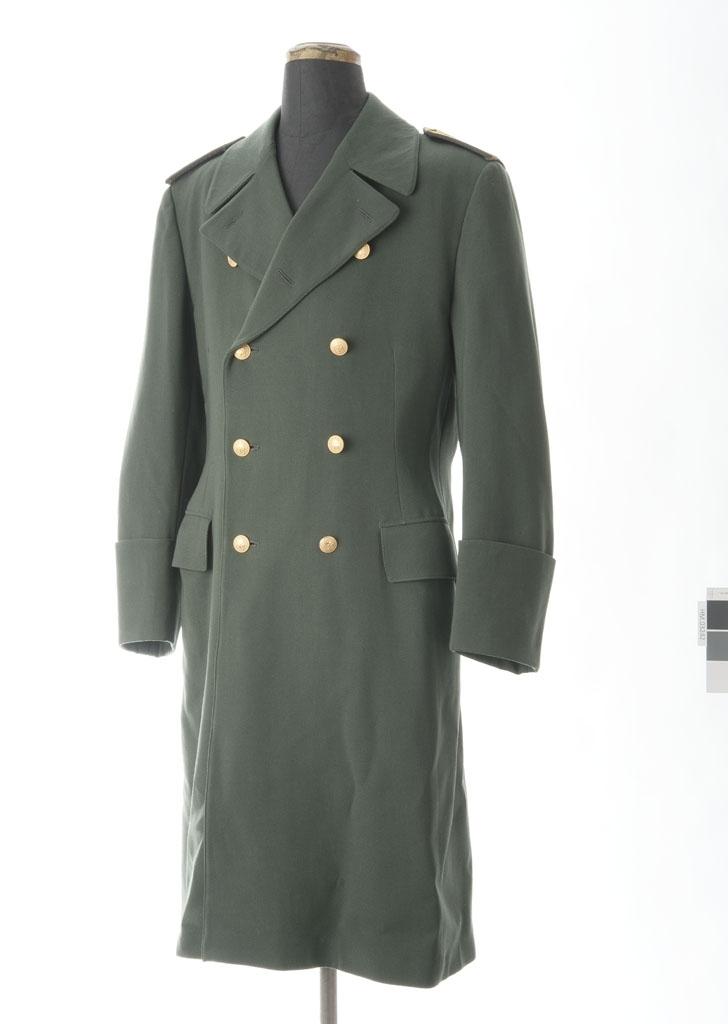 1cba9c3a Dobbeltspent frakk i grønn ullgabardin med åtte knapper i front. Knappene  har krone, løve